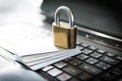 Lucchetto e carte di credito sopra il computer portatile Immagine Stock Libera da Diritti