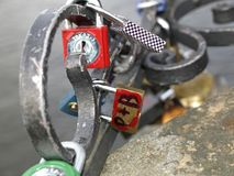 Lucchetto messo in un ponte Fotografia Stock