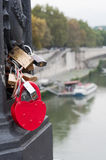 Lucchetto rosso di amore del cuore sul ponte, Europa Fotografia Stock