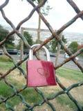 Lucchetto rosso di amore su una rete metallica fotografie stock
