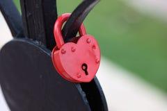 Lucchetto rosso sotto forma di un cuore fotografie stock