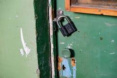 Lucchetto su una vecchia porta Fotografia Stock