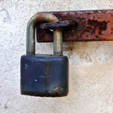 Lucchetto sul blu della cerniera del ferro Immagini Stock Libere da Diritti