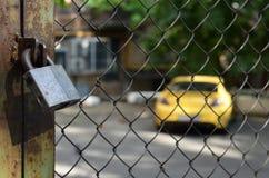 Lucchetto sull'automobile gialla parcheggiata fondo Fotografie Stock