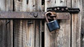 Lucchetto sulla porta di legno Fotografie Stock