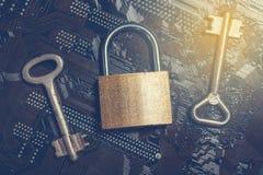 Lucchetto sulla scheda madre del computer con le chiavi d'annata Concetto di crittografia di sicurezza dell'informazione di segre immagini stock libere da diritti