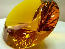 Luccichii di cristallo dell'oro alla luce fotografia stock