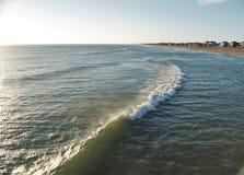 Luccichii di Sun di mattina fuori dall'oceano a Kitty Hawk immagine stock