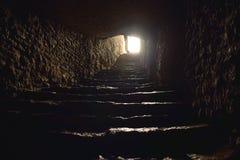 Luce alla fine di un tunnel con i punti immagine stock