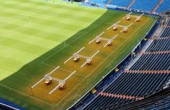 Luce artificiale per i prati inglesi crescenti nello stadio di Santiago Bernabeu Immagini Stock Libere da Diritti