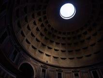 Luce attraverso il soffitto del panteon Immagine Stock