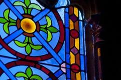 Luce attraverso la finestra di vetro macchiato immagini stock libere da diritti