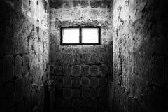 Luce attraverso la finestra in vecchia toilette Fotografia Stock Libera da Diritti