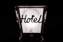 Luce bianca N della struttura del metallo del motel della località di soggiorno della locanda del nero di parola della lampada de immagini stock libere da diritti