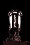 Luce bianca N della struttura del metallo del motel della località di soggiorno della locanda del nero di parola della lampada de immagine stock