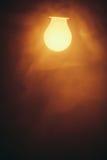 Luce calda della lampada della lampadina in nebbia Immagine Stock Libera da Diritti