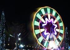 Luce commovente astratta dalla ruota di ferris alla notte Ruota panoramica del movimento al carosello di divertimento Fotografia Stock