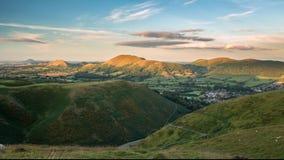Luce commovente di tramonto sopra le colline verdi sceniche stock footage