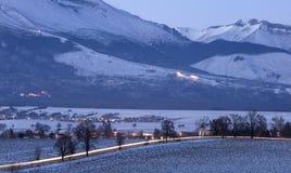 Luce crepuscolare in valle delle montagne Immagini Stock