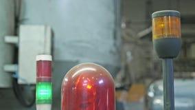 Luce d'avvertimento sulla macchina utensile Lampada rossa infiammante del primo piano sulla macchina in impianto di produzione de stock footage