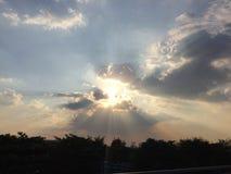 Luce dal sole dietro la nuvola immagine stock libera da diritti