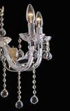 Luce del candeliere nell'interno, primo piano del candeliere di Chrystal parte di cristallo dal candeliere, candeliere, illuminaz fotografia stock libera da diritti