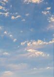 Luce del giorno celeste, uguagliante luce I raggi del sole fanno il loro modo attraverso le nuvole Copia-spazio Immagine Stock