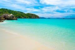 Luce del giorno del sole della sabbia del cielo blu della spiaggia del mare Fotografia Stock Libera da Diritti