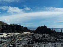 Luce del giorno della spiaggia - rockview e nuvole fotografia stock