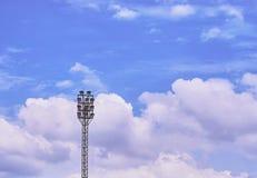Luce del punto per lo stadio con il fondo del cielo blu Immagini Stock
