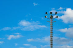 Luce del punto per lo stadio con il fondo del cielo blu Immagini Stock Libere da Diritti