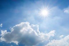 Luce del sole e del cielo blu il giorno nuvoloso Immagini Stock Libere da Diritti