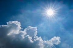 Luce del sole e del cielo blu il giorno nuvoloso Immagine Stock Libera da Diritti