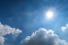 Luce del sole e del cielo blu il giorno nuvoloso Fotografie Stock Libere da Diritti