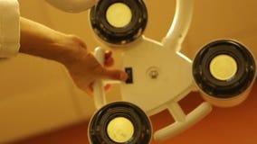 Luce del tavolo operatorio dalla prospettiva dei pazienti stock footage