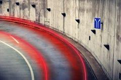 Luce dell'automobile intorno alla curvatura Fotografia Stock
