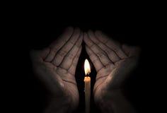 Luce della candela disponibila immagine stock