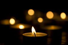 Luce della candela nello scuro Fotografia Stock