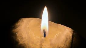 Luce della candela su un fondo nero video d archivio
