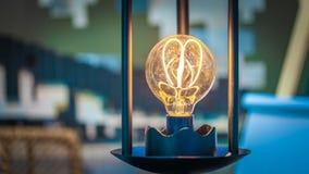Luce della lampada sul supporto nero immagine stock