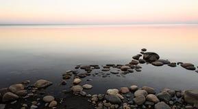 Luce della luna di estate sul lago Ladoga Fotografie Stock