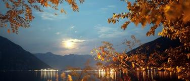 Luce della luna dorata fra le montagne Fotografia Stock Libera da Diritti