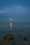 Luce della luna sopra acqua Fotografie Stock Libere da Diritti