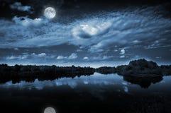 Luce della luna sopra un lago Fotografia Stock