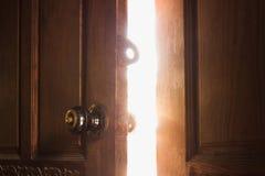 Luce della porta aperta fotografie stock