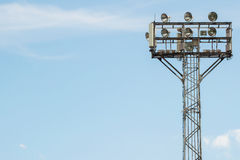 Luce dello stadio con il fondo del cielo blu Fotografia Stock Libera da Diritti