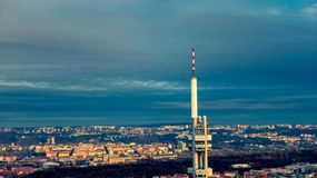 Luce di estate della torre di vista aerea TV di Praga immagini stock libere da diritti