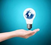 Luce di lampadina su una mano royalty illustrazione gratis