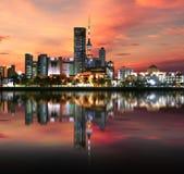 Luce di Madinat al-Kuwait durante il tramonto immagini stock libere da diritti