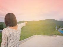Luce di mattina della donna del viaggiatore sulla strada Fotografie Stock Libere da Diritti